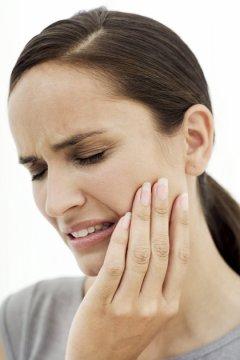 Gnoj na desnima simptomi i lečenje